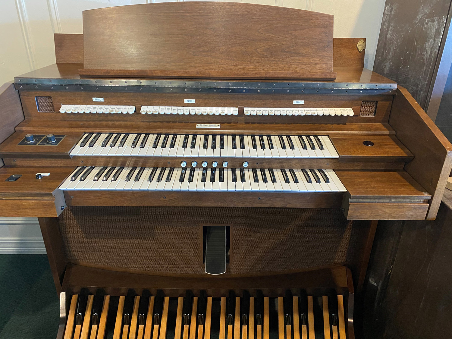 Allen Organ 282 - $2,450 - two manual, self-contained speaker system, 5 general presets